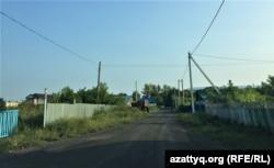 Ақкөл қаласындағы күл төселген көшелердің бірі. Ақмола облысы, 13 тамыз 2021 жыл.