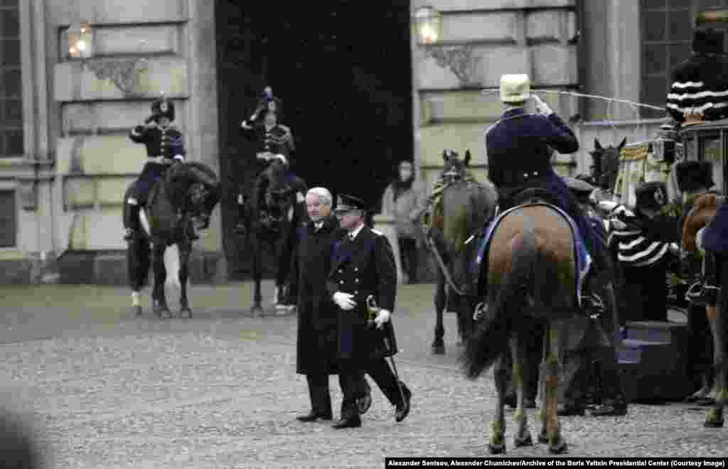 Ельцин и король Швеции Карл XVI Густав проходят через почетный караул в Стокгольме в декабре 1997 года