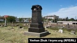 Мраморный памятник Бабакаю Исааковичу Шишману