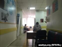 Зона ожидания вакцинации российской вакциной от коронавируса «Спутник V» в поликлинике № 4. Нур-Султан, 26 марта 2021 года.