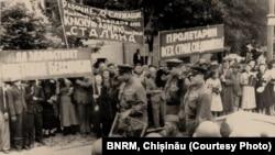Paradă improvizată la intrarea Armatei Sovietice în Basarabia (28 iunie 1940)