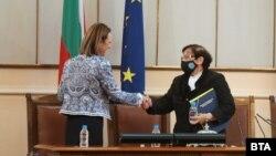 Председателката на Народното събрание Ива Митева и най-възрастната депутатка, Мика Зайкова