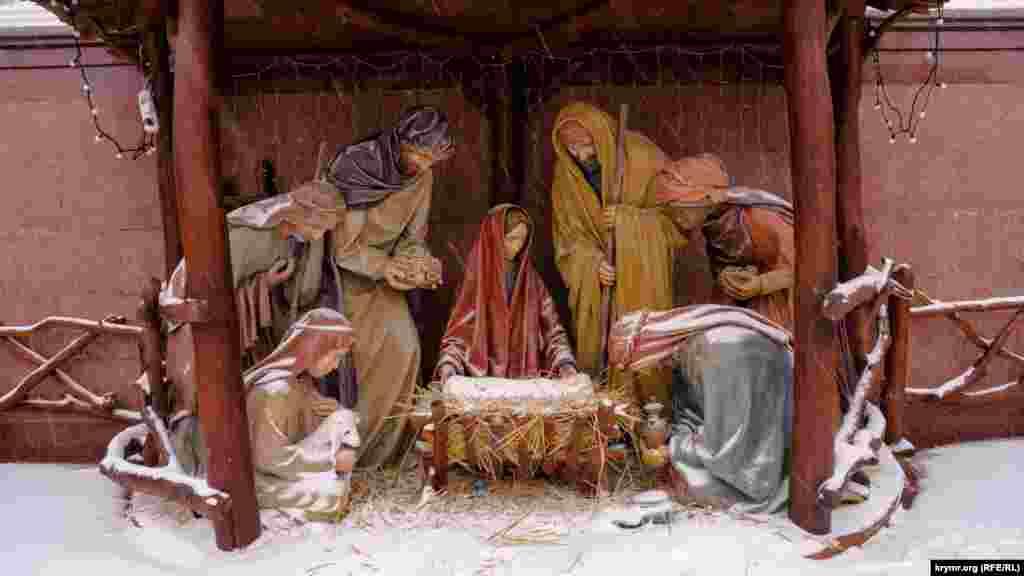 Сніг потрапив у вертеп у нижнього храму Олександра Невського