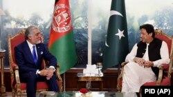 عبدالله عبدالله (چپ) حین دیدار با عمران خان صدراعظم پاکستان در اسلام آباد