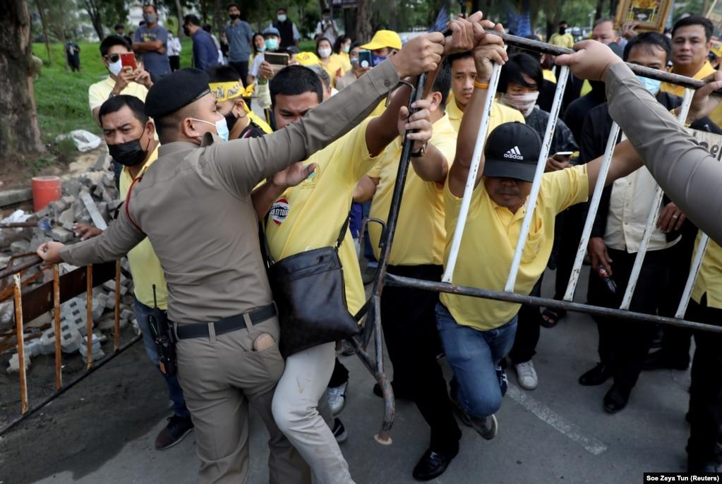 Поліція Бангкоку намагається розділити продемократичних протестувальників і роялістів, одягнених у жовті футболки, під час зіткнень, 21 жовтня