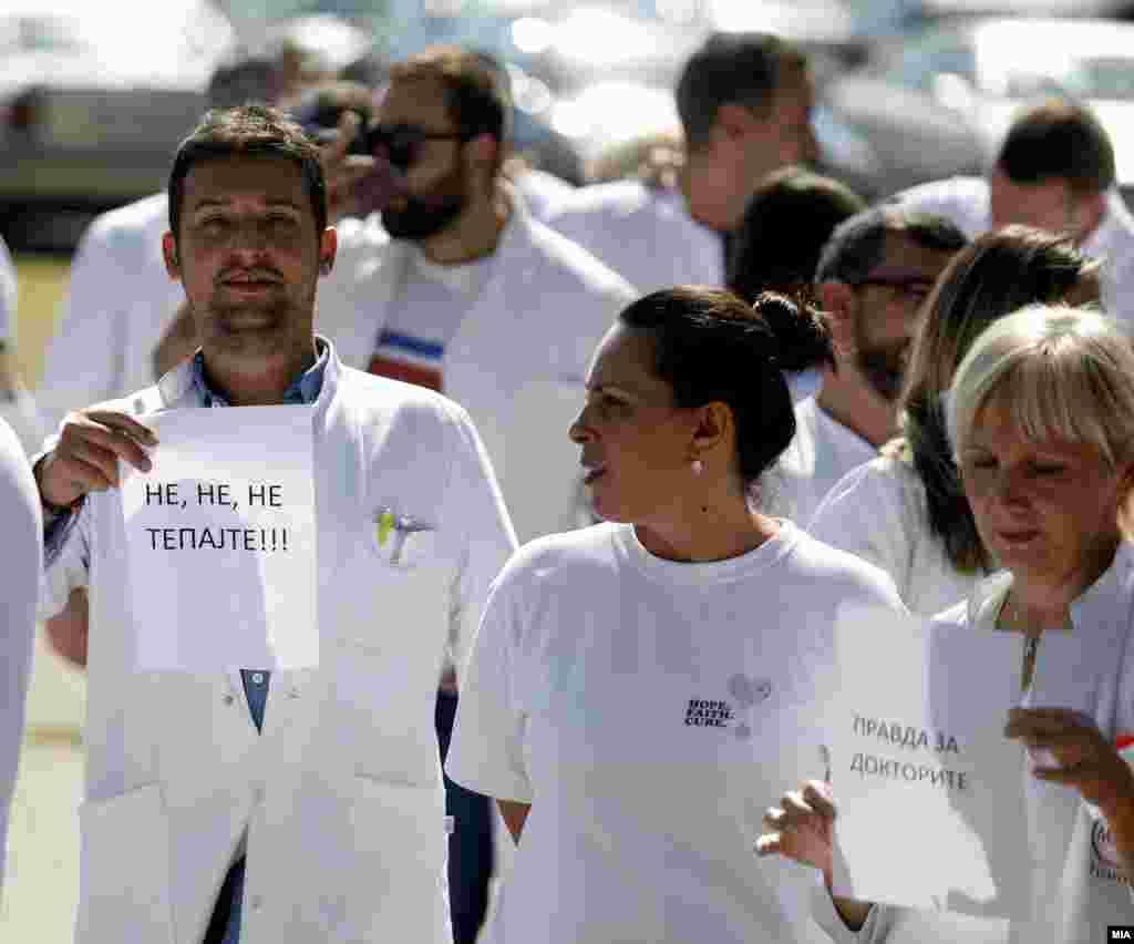 МАКЕДОНИЈА - На протестот поради насилството врз нив, лекарите и медицинскиот персонал им порачаа на пациентите да престанат да ги тепаат, дека прават се што можат за нив, дека проблемот во здравството е системски и дека ако не се решат клучните прашања и не запре насилството, докторите нема да работат.