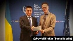 Павло Клімкін (л) і секретар МКС Герман фон Гебель (п), Гаага, 8 вересня 2015 року