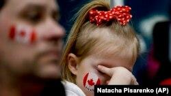Маленька вболівальниця збірної Канади на керлінгу