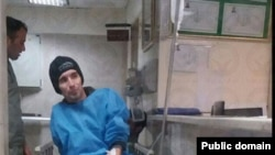 عکس منتشره از آرش صادقی در بیمارستان دی.