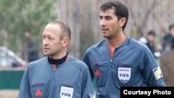 Referilar Bahodir Qo'chqorov (chapda) va Ravshan Ermatov.