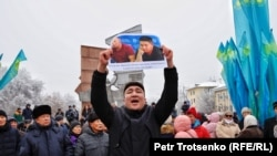 Участник митинга, требующий освободить этнических казахов из Китая Кастера Мусаханулы и Мурагера Алимулы. Алматы, 16 декабря 2019 года.