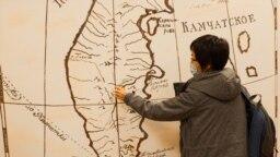 Мария Киле показывает, где жили ительмены
