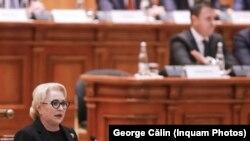 Премиерът Виорика Дънчила говори пред парламента по време на дебатите за вота на недоверие