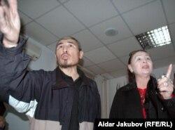 Активисты организации «Желтоксан-86» Гульбахрам Жунис и Талгат Рыскулбек (слева) на пресс-конференции оппозиционеров в Алматы 27 октября 2010 года.