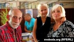 Каардынатар цэнтру Генадзь Абушны і валянтэрка Людміла Патайчук з унучкай