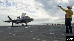 F-35B Lightning II təyayrəsi uçuşa hazırlaşır