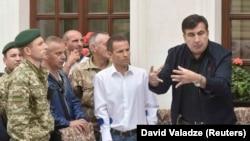 Бывший президент Грузии и бывший губернатор Одесской области Михаил Саакашвили во время визита представителей пограничной службы Украины. Львов, 12 сентября 2017 года.