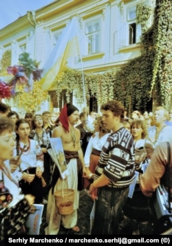 У центрі Чернівців під час фестивалю «Червона рута». У козацькому вбранні – громадський діяч Юрій Волощак