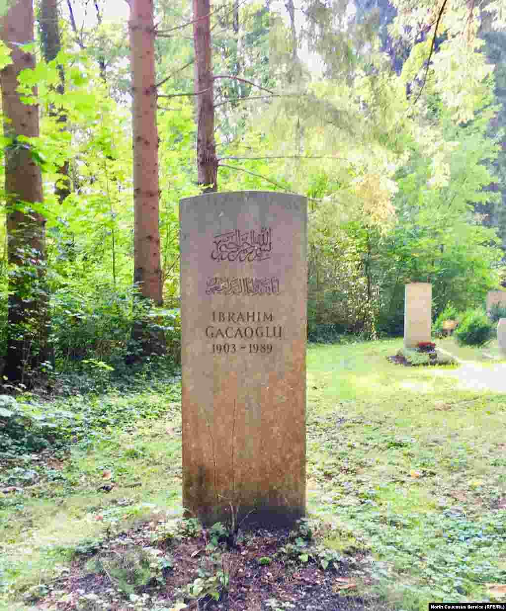 Ибрагим Гаджаоглу с 1948 по 1956 год был имамом в Мюнхене. Именно он стал инициатором погребения мусульман на кладбище Waldfriedhof. С мая 1961 года Ибрагим был главой исламской религиозной общины Западной Европы