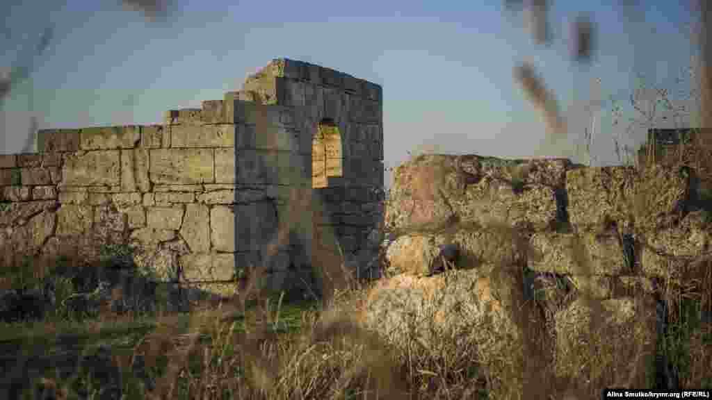 Руїни античного міста Пантікапея на горі Мітридат, Керч, 10 листопада 2016 року