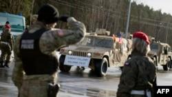 Польские военные приветствуют боевые машины НАТО. Иллюстративное фото.