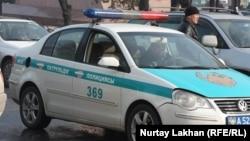 Полицейская машина в Алматы. 7 марта 2014 года.
