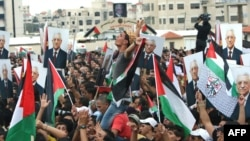 Thousands of cheering Palestinians welcome their president, Mahmud Abbas, outside his Ramallah headquarters on September 25, 2011, as he returned from delivering a historic UN membership bid.