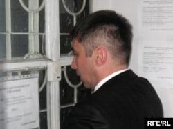Правозащитник Вадим Курамшин подает заявление с просьбой пропустить его для инспекции в тюрьму АК 159/6. Поселок Долинка Карагандинской области, 21 мая 2010 года.