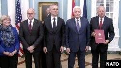 Dushko Markoviq (i dyti djathtas) dhe sekretari i përgjithshëm i NATO-s, Jens Stoltenberg (në mes), gjatë ceremonisë së sotme në Uashington