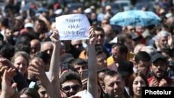 Активісти знову заповнили центральні вулиці Єревана, вимагаючи усунення від влади партії, яку представляють як чинний очільник уряду, так і усунутий прем'єр Серж Сарґсян