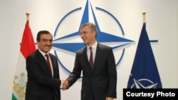 Эркин Рахматуллозода, посол Таджикистана в Брюсселе с генеральным секретарем НАТО Йенсом Столтенбергом