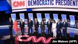 تصویری از برنامه مناظره کاندیداهای حزب دمکرات در انتخابات ریاست جمهوری آمریکا