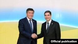 Кыргызстандын президенти Сооронбай Жээнбеков жана Түркмөнстандын президенти Гурбангулы Бердымухамедов. 2018-жылдын август айы. Ашхабад, Түркмөнстан.