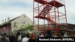 """Građani i porodice nastradalih na otkrivanju spomenika simboličnog naziva """"Stepenice do kojih se ne može"""", Novi Sad, 1. april 2016."""