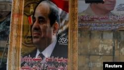تابلوی تبلیغاتی ژنرال السیسی در قاهره: شهروند عالی مقام. سیسی، پسر مصر. تو آزادی، پسر آزادی. مصریها رهبر خود را انتخاب کردهاند