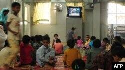 Карачидегі қайырымдылық орталығында теледидар көріп отырған балалар. Шілде, 2013 жыл.