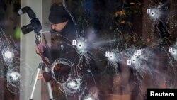 بازرسی ماموران پلیس از صحنه تیراندازی در مرکز فرهنگی کرودتوندن