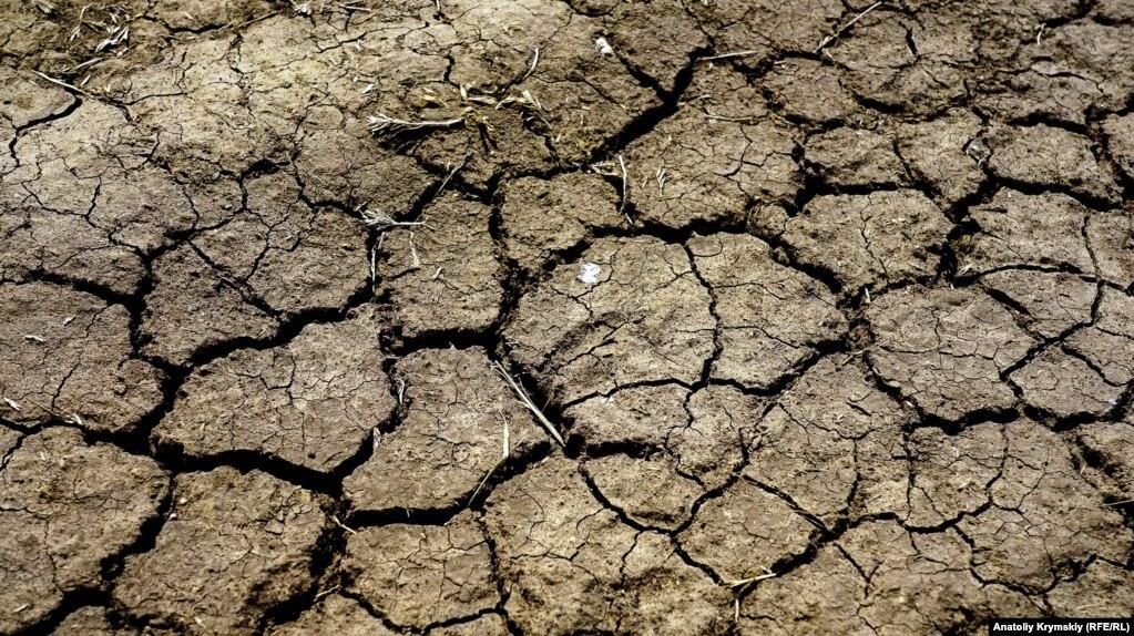 Потріскана земля просить вологи