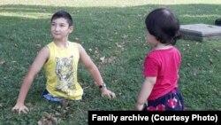 Али Турганбеков с младшей сестрой. Фото из семейного архива.