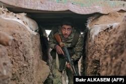 Боец протурецкой Сирийской национальной армии в окопах на позициях к северо-востоку от Идлиба. Ноябрь 2020 года