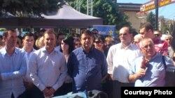 Менде Диневски, кандидат за градоначалник на Битола од СДСМ и пратеникот Јани Макрадули на прес конференција во Битола.