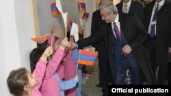 Կիպրոս - Հայաստանի նախագահ Սերժ Սարգսյանը այցելում է «Նարեկ» վարժարան, Նիկոսիա, 16-ը մարտի, 2016թ․
