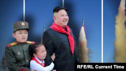 Солтүстік Корея басшысы Ким Чен Ын балалармен бірге. Ресми сурет.