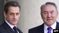 Президент Франции Николя Саркози (слева) и президент Казахстана Нурсултан Назарбаев. Париж, 19 сентября 2011 года.