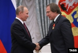 Vladimir Putin (left) with the musician Sergei Roldugin in 2016.