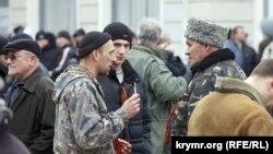 Пророссийские активисты на одной из симферопольских улиц, 28 февраля 2014 года
