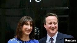 David Cameron și soția sa Samantha la Downing Street 10, după ce s-au întîlnit cu Regina Elisabeta la Palatul Buckingham din Londra, 8 mai 2015.