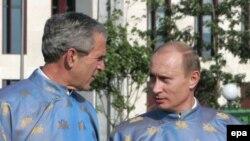 Džordž V. Buš i Vladimir Putin na samitu APEC-a u Hanoju, Vijetnam