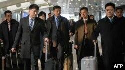 Спецпредставитель КНДР по делам США Ким Хёк Чхоль ( в центре) в аэропорту Пекина в феврале 2019 г.