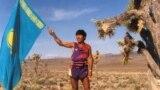 Марафонец Марат Жыланбаев с казахстанским флагом в пустыне Невада. США, 1994 год.